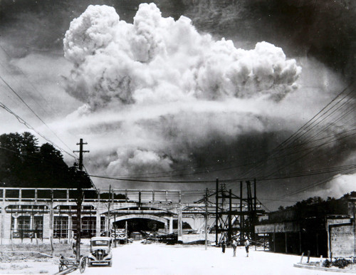 Atomic_cloud_over_nagasaki_from_koy